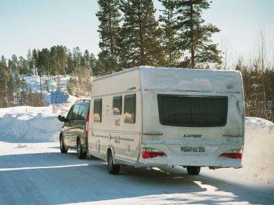 Jazda zimą – z przyczepą kempingową po górskich drogach