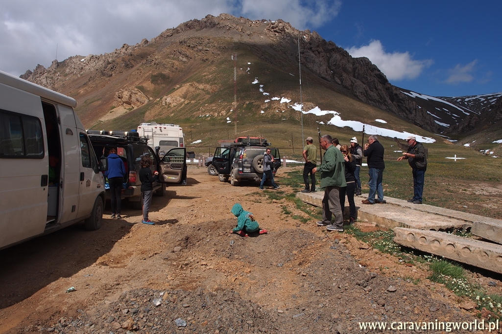 Czekamy na wjazd do Chin na przełęczy Turugart na wysokości 3752 m.n.p.m