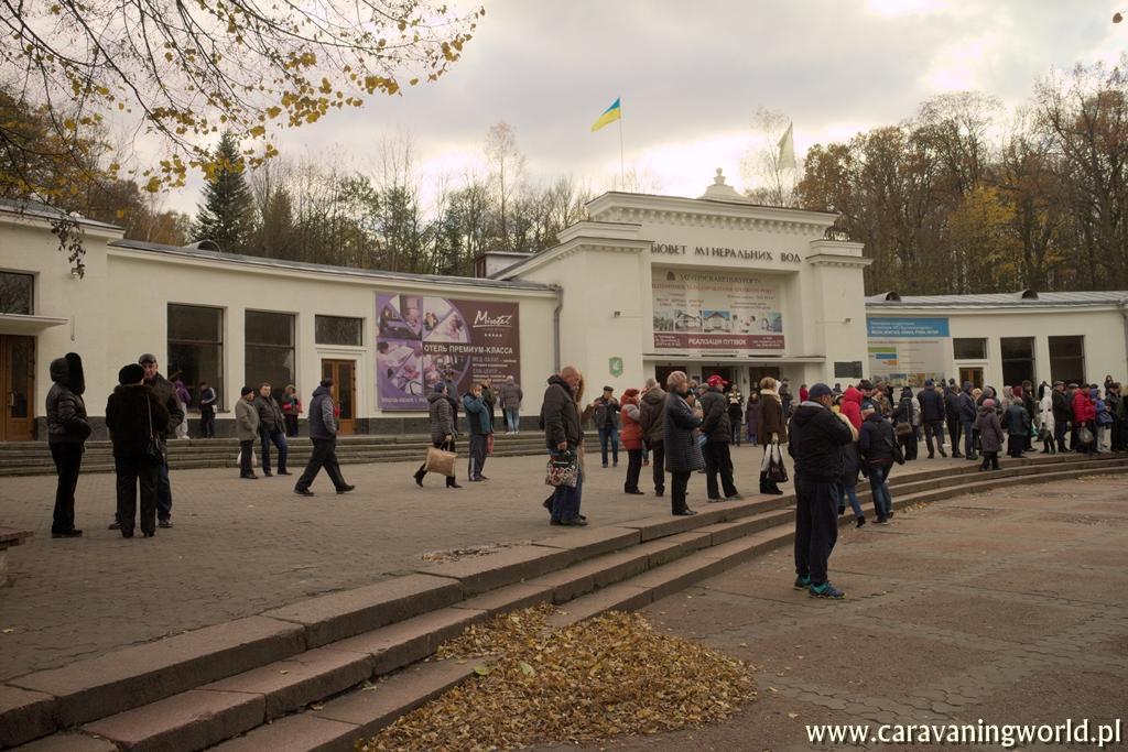 Truskawiec - Przed pijalnią w Truskawcu gromadzą się tłumy kuracjuszy
