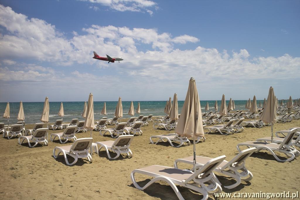 Plaża tuż przy lotnisku w Larnace