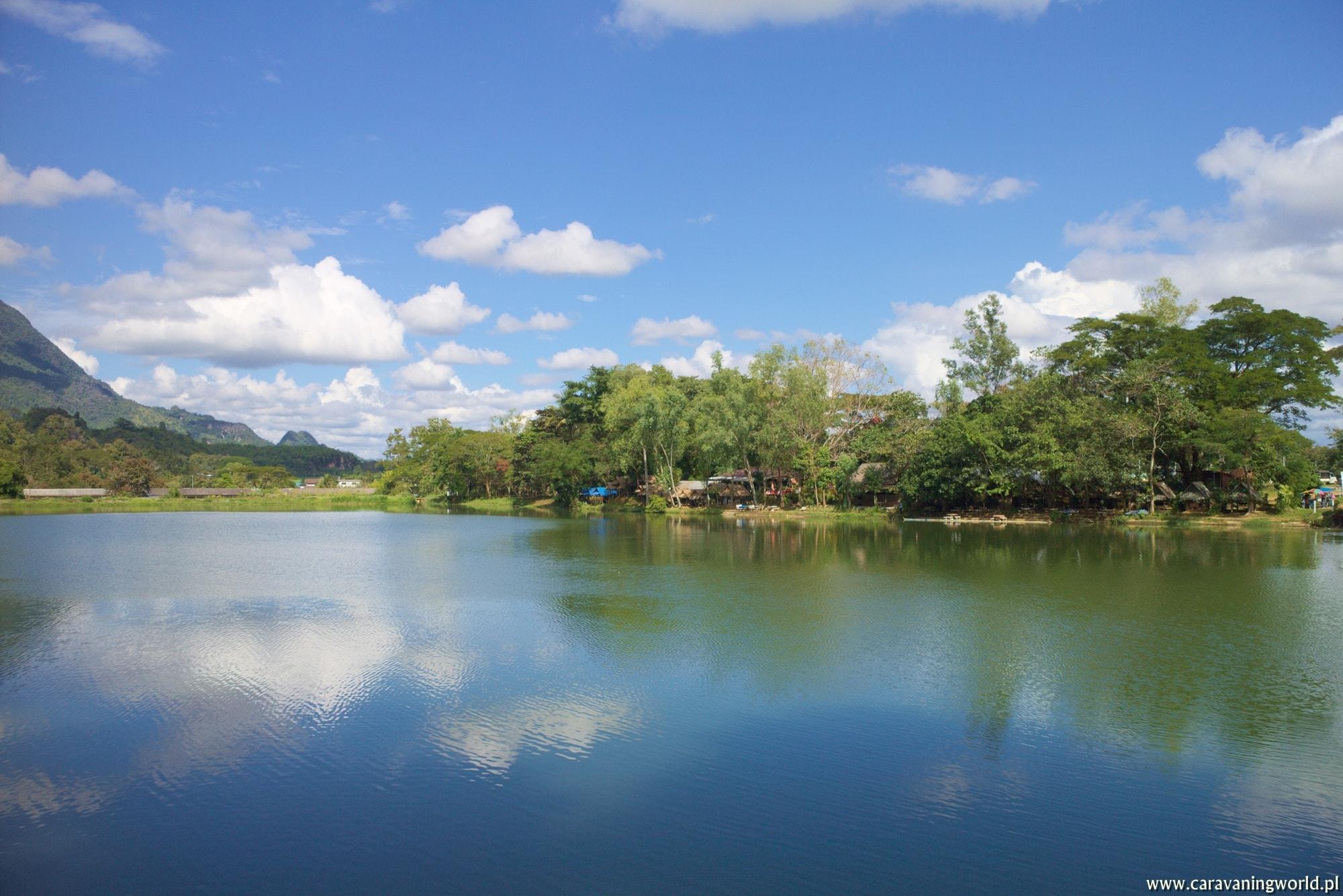 Widok na knajpke Tham Sao Hin Reservoir przy jeziorze