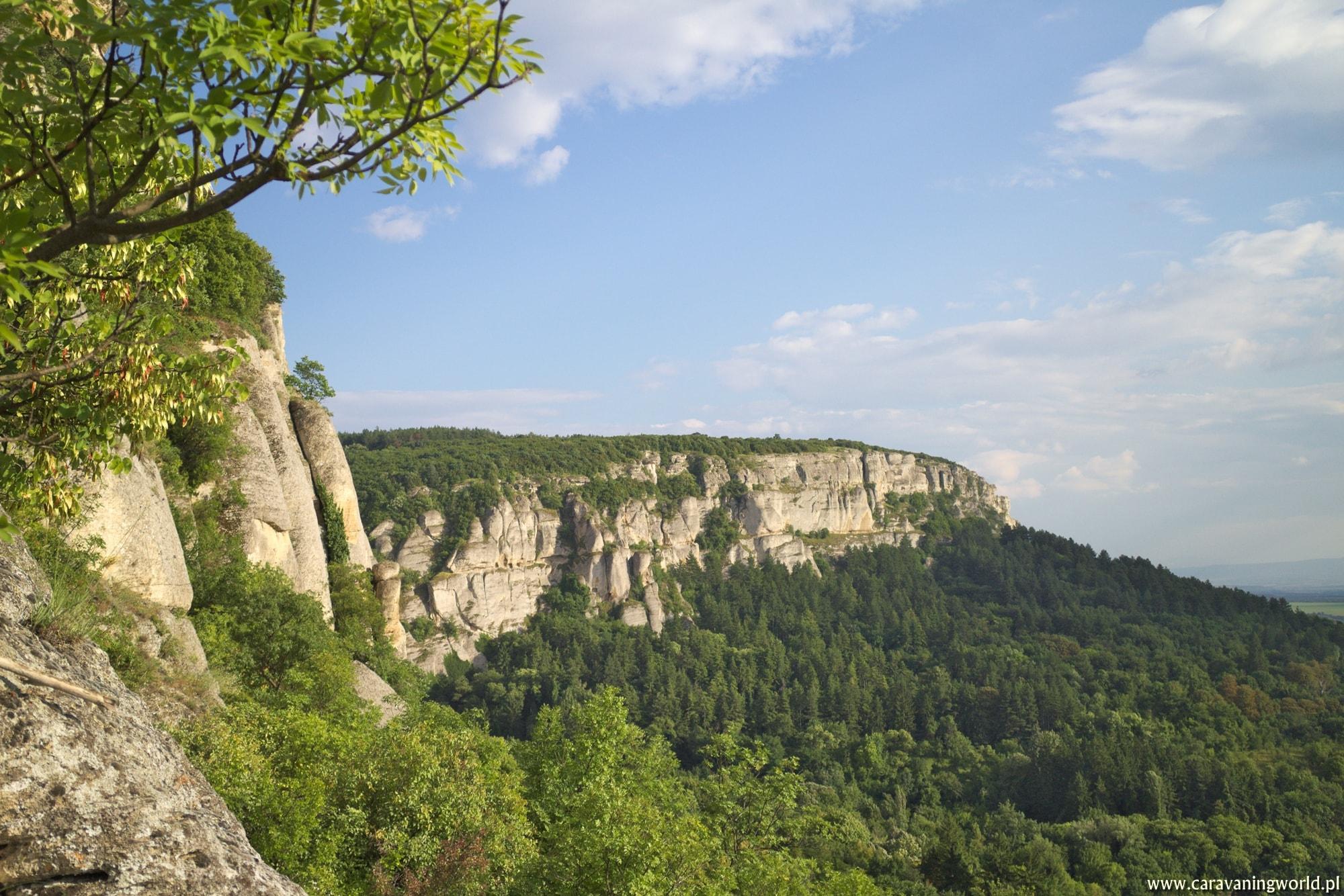 Na tych skałach znajduje się Fort Matora