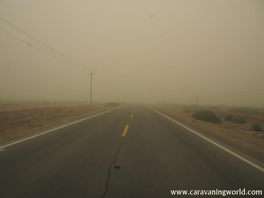 Jedziemy w czasie burzy piaskowej przez pustynię Takla Makan