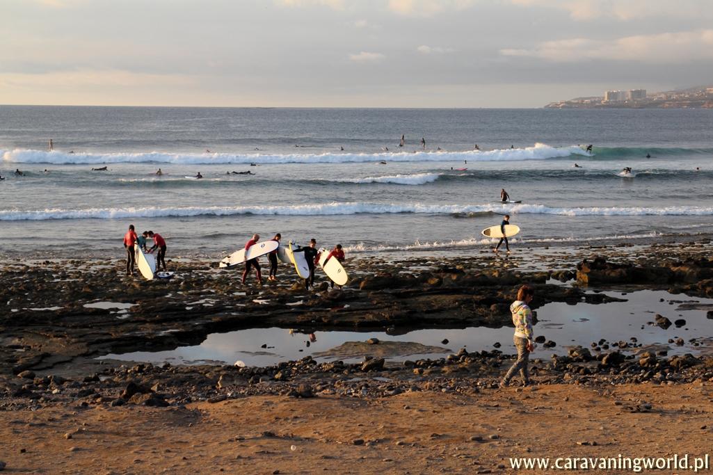 Surferzy o zachodzie słońca na Teneryfie