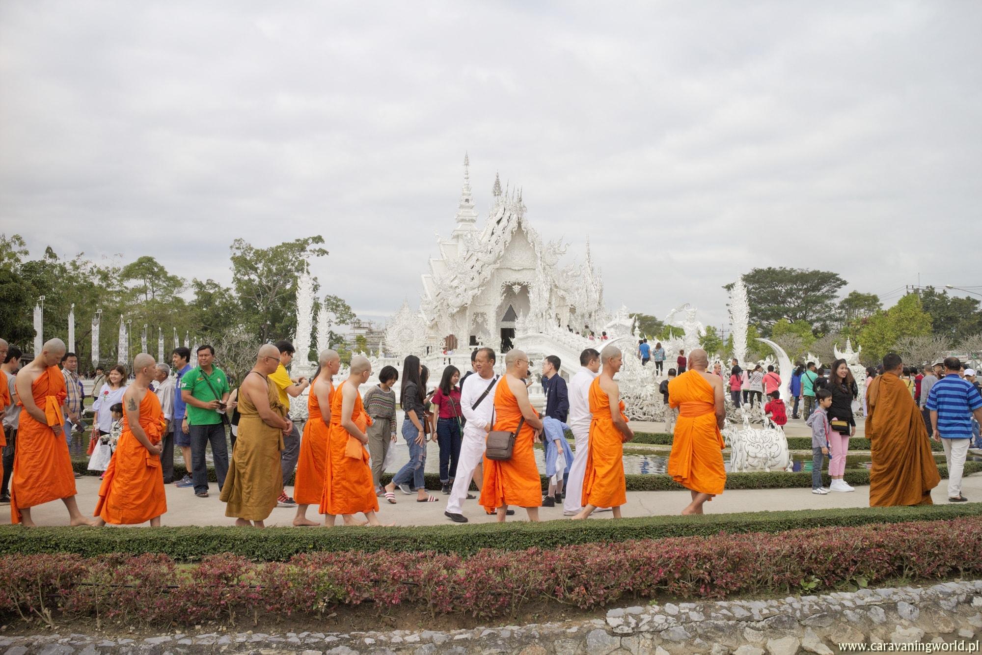 Mnisi pielgrzymujący do Wat Rong Khun White Temple
