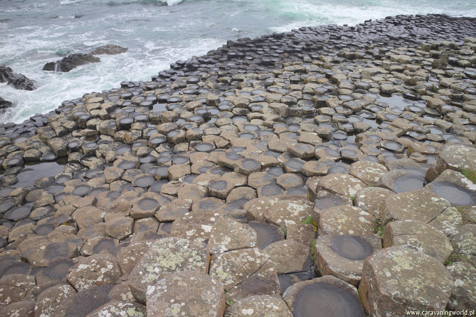 Bazaltowe skały Grobli Olbrzyma w Irlandii Północnej