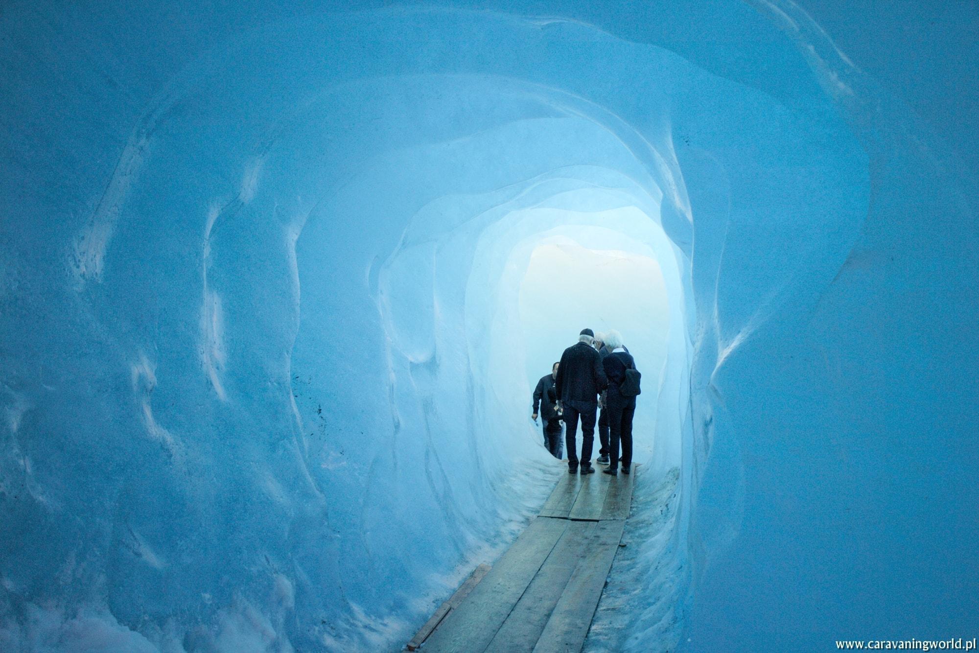 Grota lodowa u podnóży Lodowca Rodanu