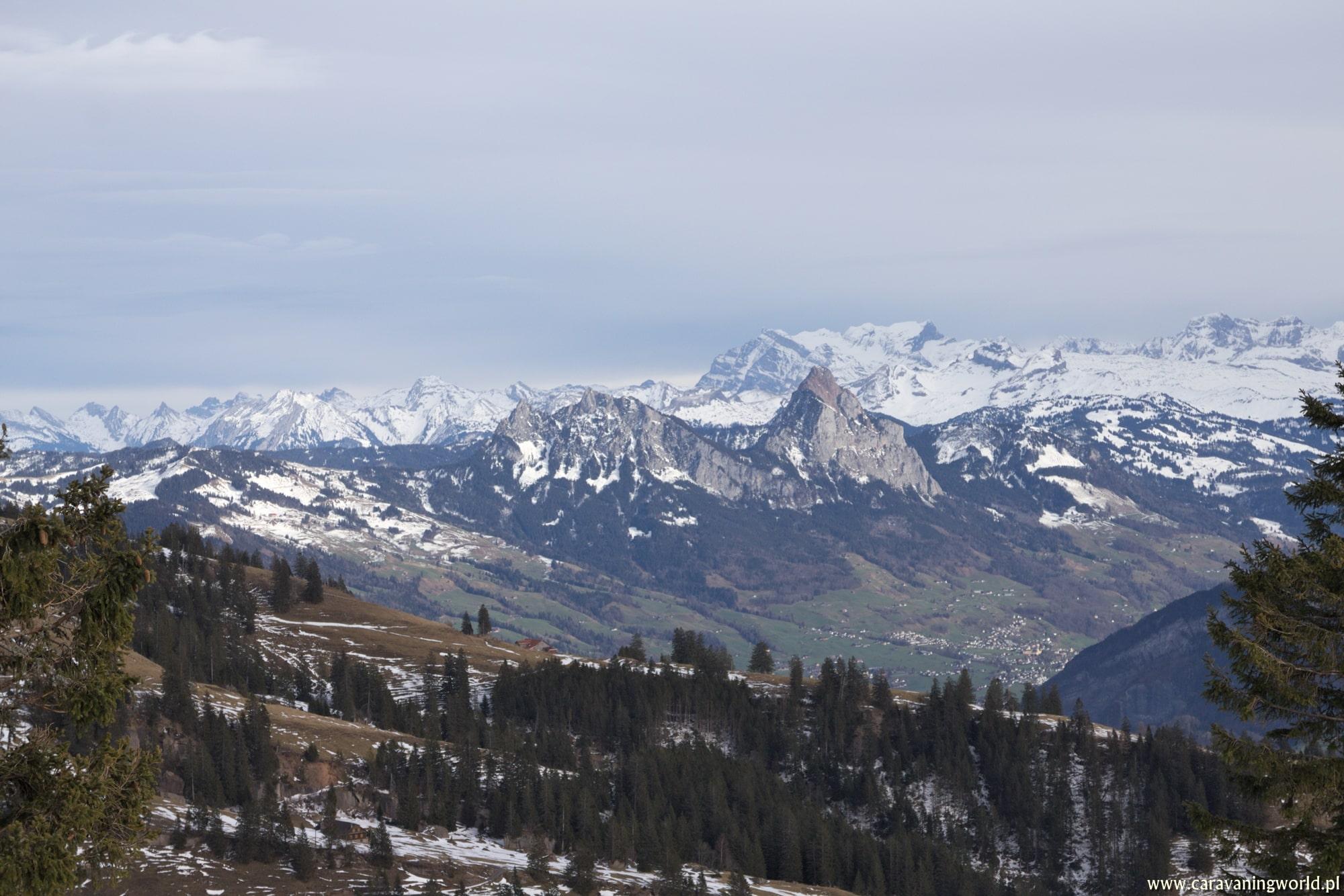 Na pierwszym planie widnieje szczyt Grosser Mythen