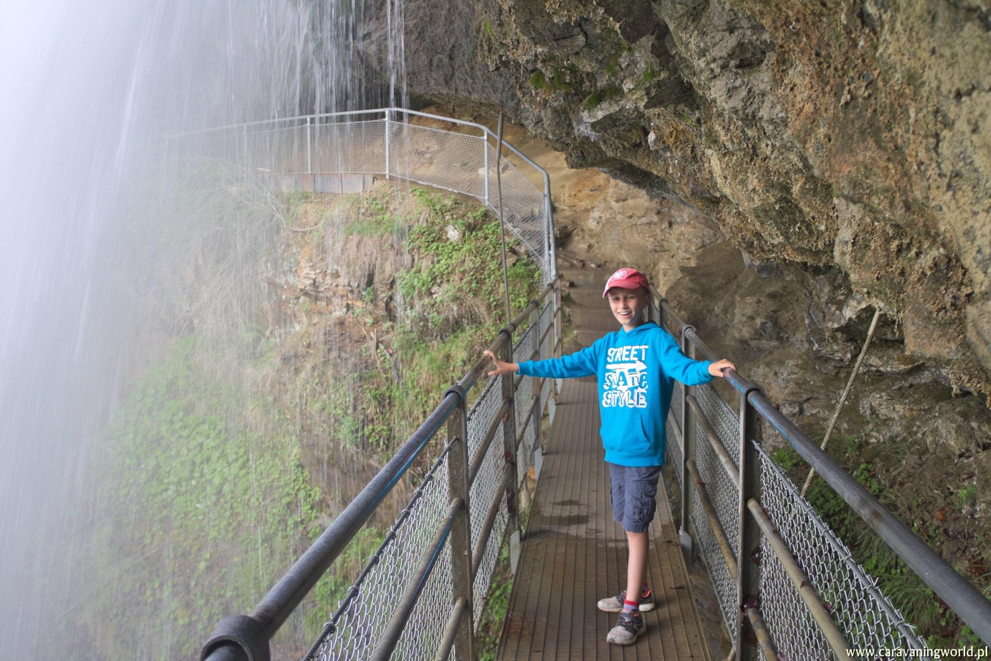 Na mostku pod wodospadem